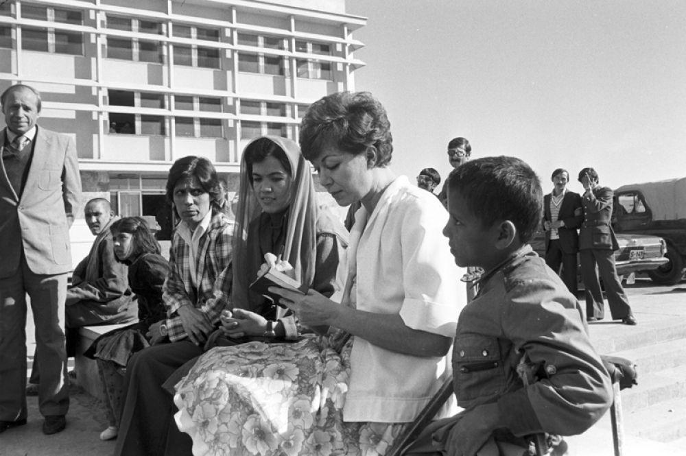 Советская эстрадная певица Эдита Пьеха раздает автографы жителям Кабула. 1984 год.