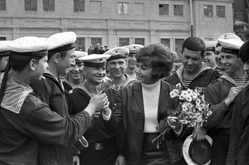 Советская певица Эдита Пьеха в гостях у моряков Северного флота. 1969 год.