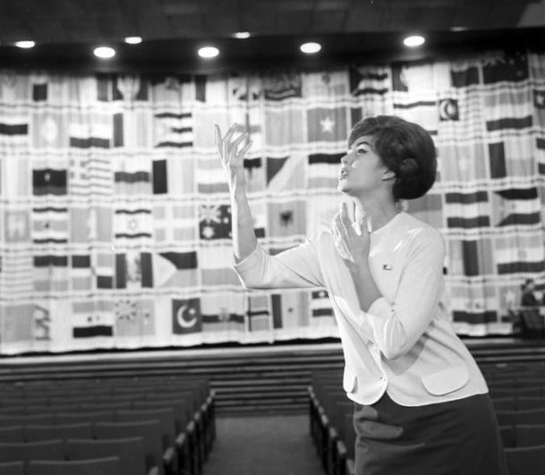 Советская эстрадная певица Эдита Пьеха. 1969 год.