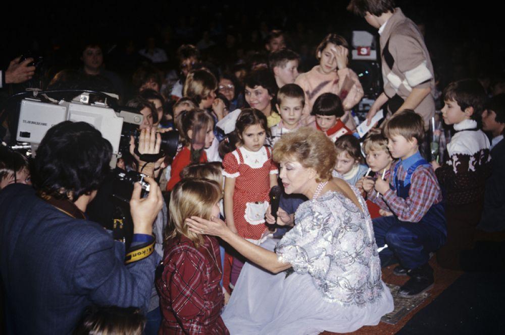 Певица Эдита Пьеха во время детского телемарафона, который длился 24 часа (7-8 января 1990 года). За сутки поступило более 61 миллиона рублей, не считая пожертвований в иностранной валюте и подарков.
