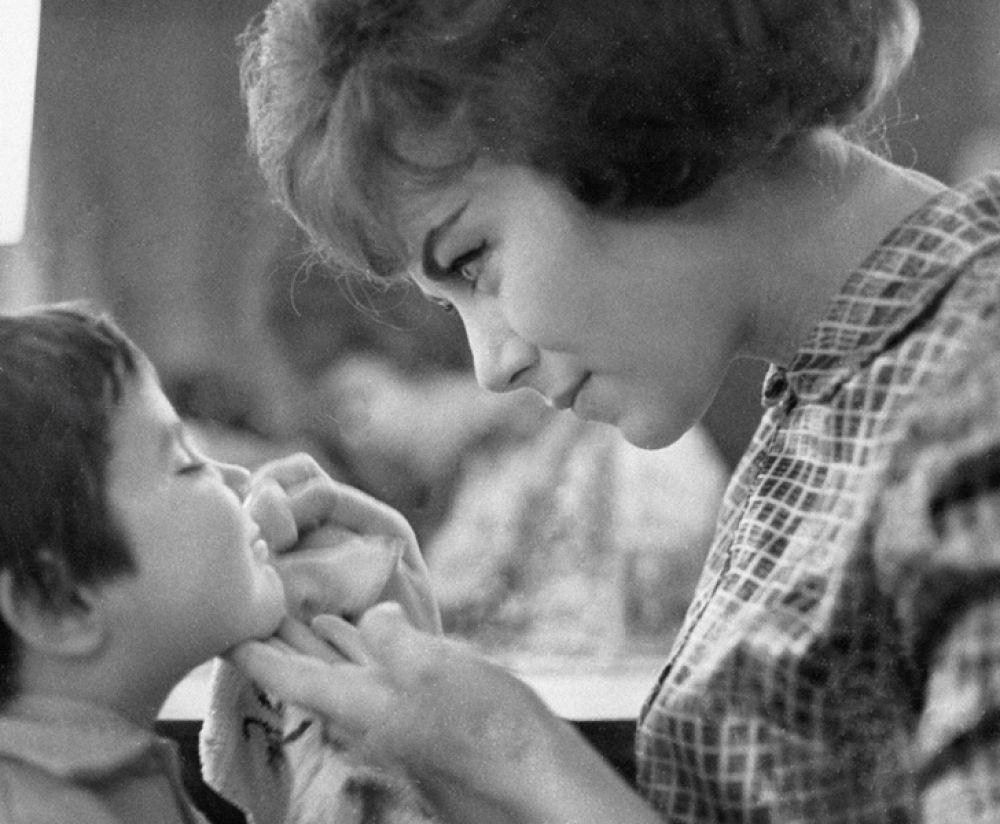 Народная артистка СССР певица Эдита Пьеха с дочерью Илоной. 1966 год.