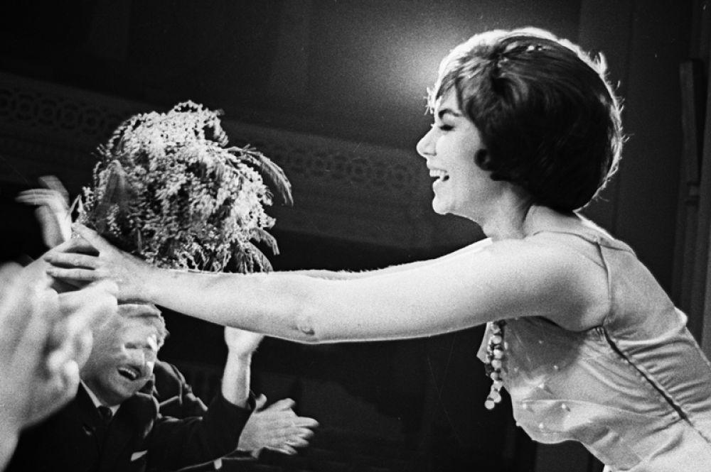 Солистка ленинградского эстрадного ансамбля «Дружба» Эдита Пьеха принимает от зрителей цветы после выступления. 1988 год.