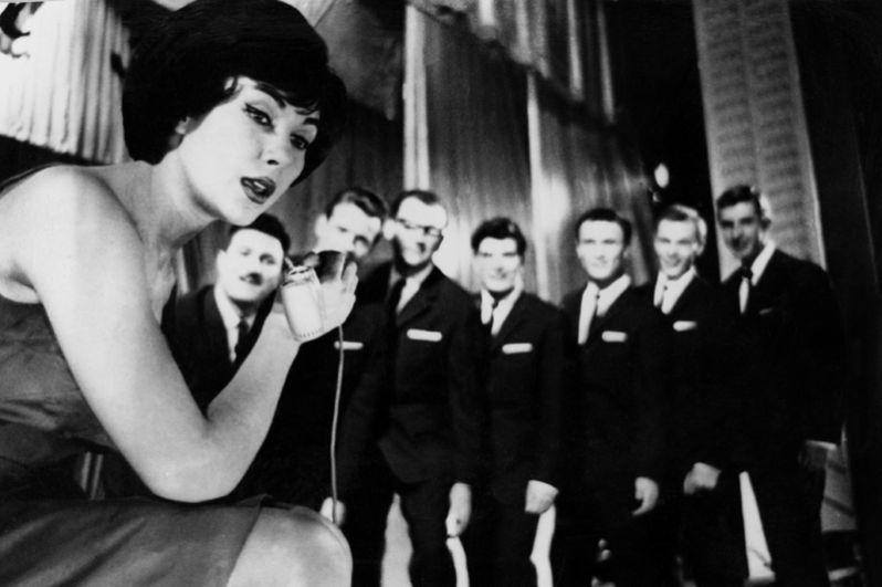 Эстрадная певица Эдита Пьеха выступает со своим ансамблем «Дружба». 1965 год.