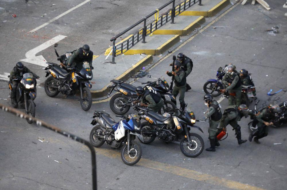 Полицейские во время протестов в Каракасе.