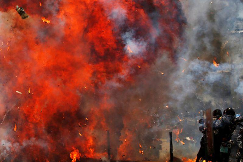 Столкновения с полицейскими во время выборов учредительного собрания в Каракасе.