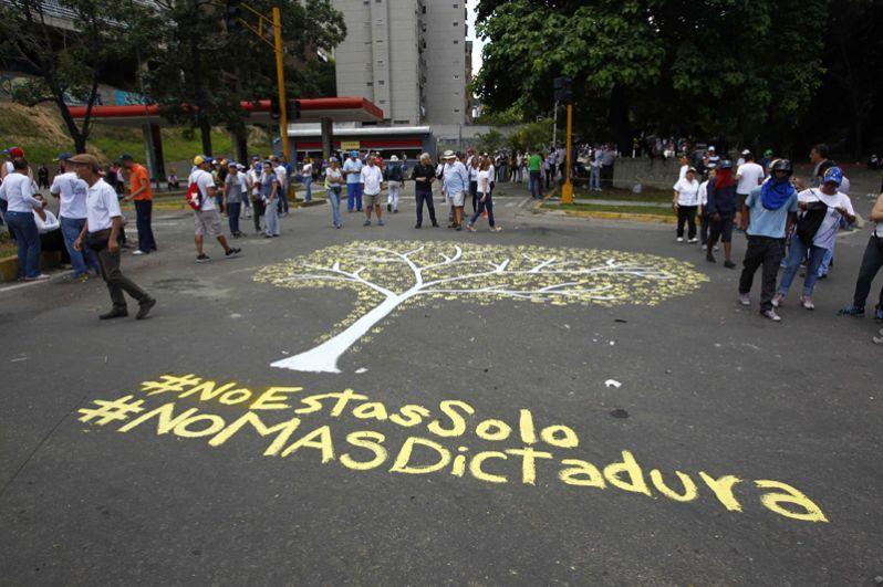 Надписи на асфальте: «Мы не одиноки» и «Нет диктатуре».