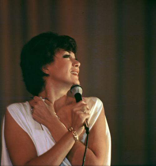 Эдита Пьеха, эстрадная певица, народная артистка РСФСР. 1983 год.