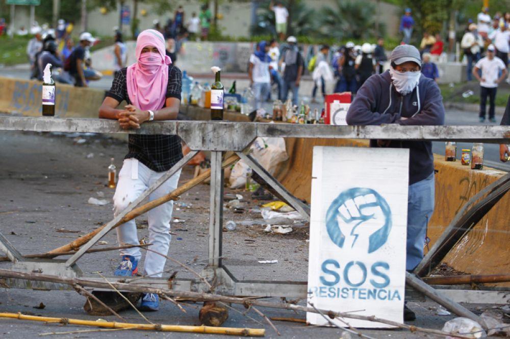 Протестующие возвели баррикады на улицах города.