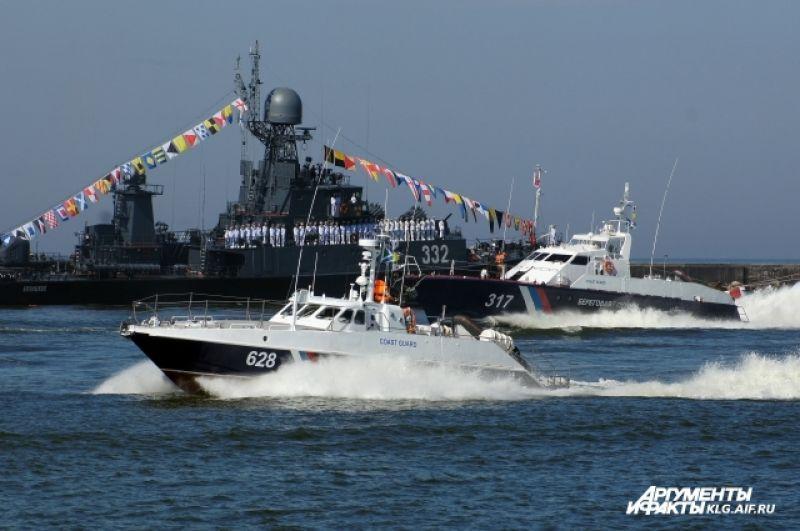 В этом году празднование памятной даты Военно-морского флота в самом западном городе страны началось в одно время с северной столицей/