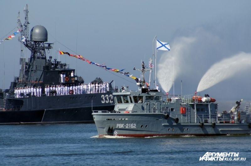 Было задействовано порядка 30 боевых кораблей, судов обеспечения и быстроходных лодок.