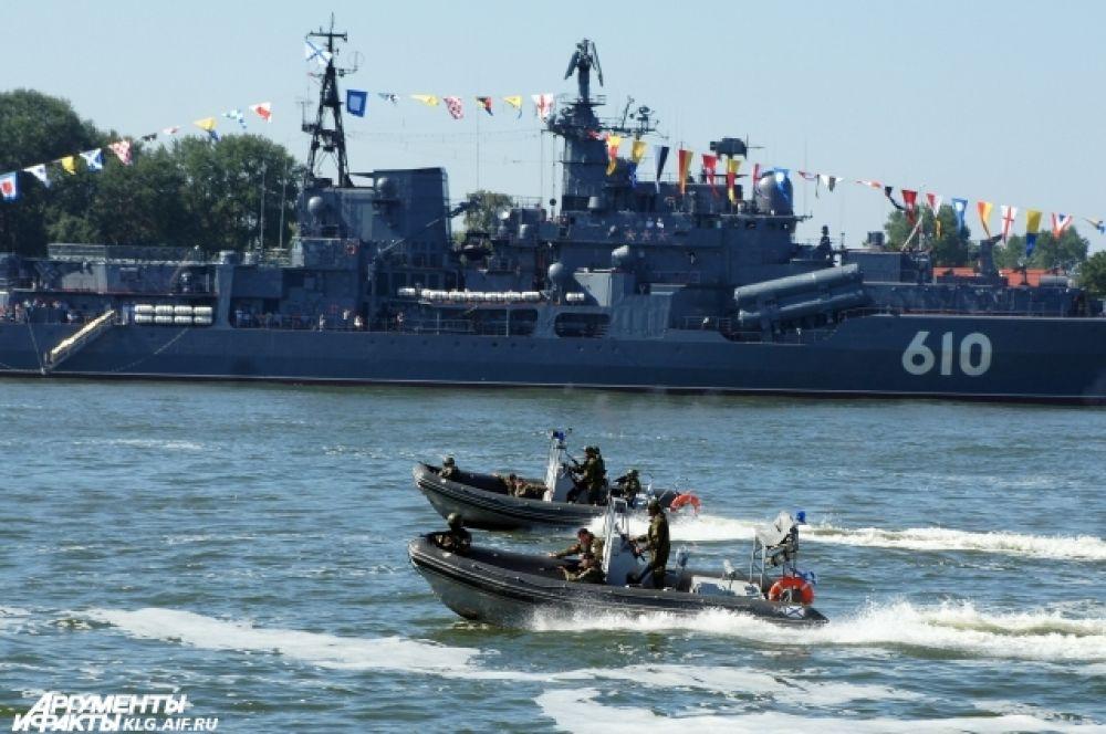 Зрителям показали высадку морского десанта, освобождение захваченного судна и другие элементы боевой подготовки.