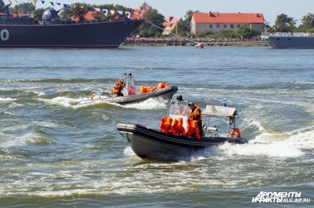 Традиционные торжества в Балтийске продолжились театрализованным представлением «Виват Военно-морскому флоту России!» и демонстрацией учебно-боевых упражнений.