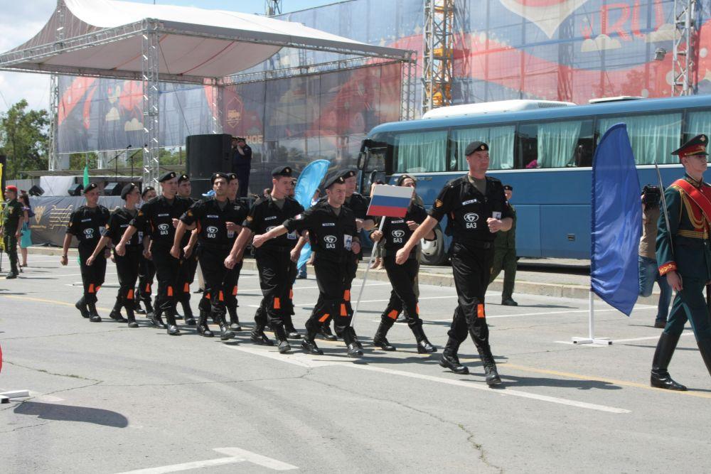 Участники команды Вооруженных сил РФ идут в строю.
