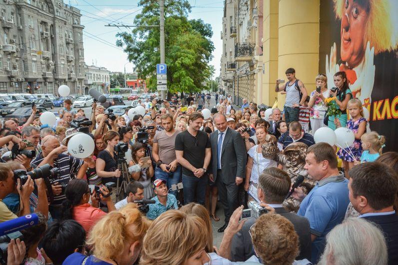 Памятник народному артисту СССР Олегу Попову открыли в донской столице.