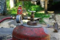 Во время пожара взорвалось несколько газовых баллонов.
