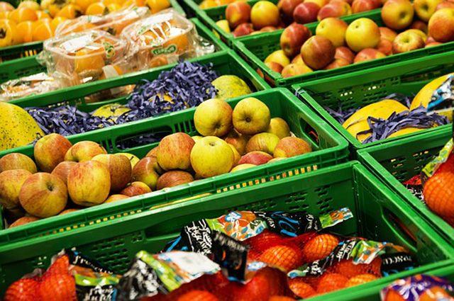 В столице Сибири активно борются с незаконными киосками по продаже фруктов.