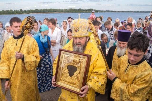 Митрополит Ижевский и Удмуртский Викторин с иконой в руках.