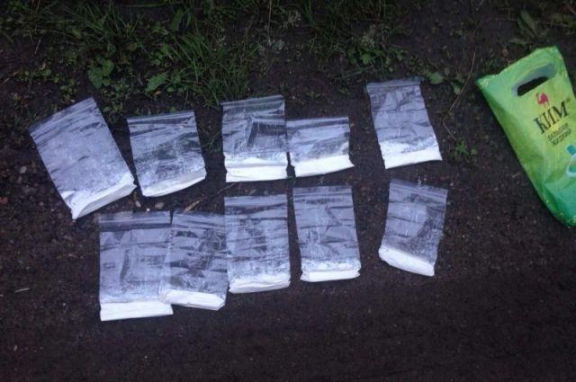 Наркотики мужчины продавали с помощью закладок.