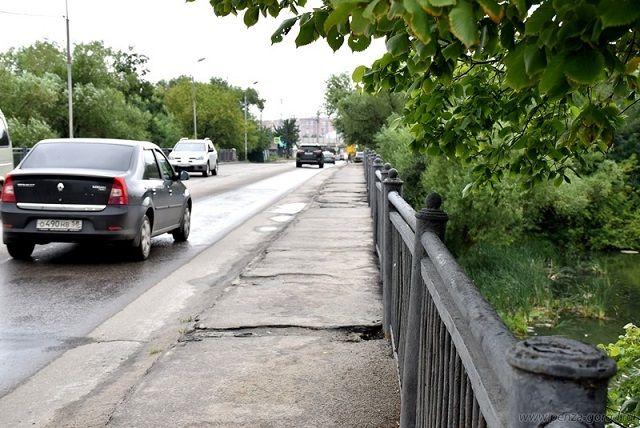 Тротуар должны отремонтировать в 2017 году.