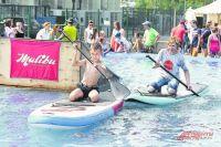 В такой жаркий день поучиться плавать на sup-доске с веслом - лучшее занятие: падения в воду, без которых оно не обходится, очень освежают.