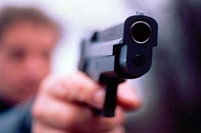 Молодые люди выясняли отношения с помощью оружия.