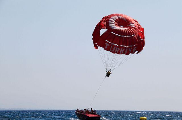 Даже море не всегда смягчит падение с парашюта.
