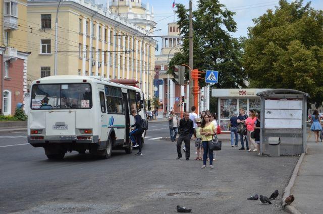 НаВИЗе изавтобуса, ехавшего соткрытой дверью, выпала женщина сколяской