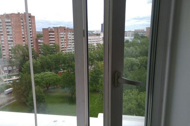 В Кемерове спасли маленькую девочку, высунувшуюся из окна 8-го этажа.