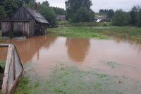 В двух домохозяйствах вода не сошла из огородов до сих пор.