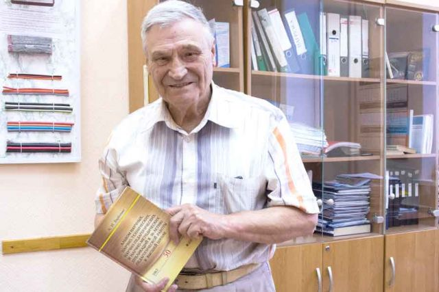 Анатолий Барботько продолжает делиться знаниями со студентами.