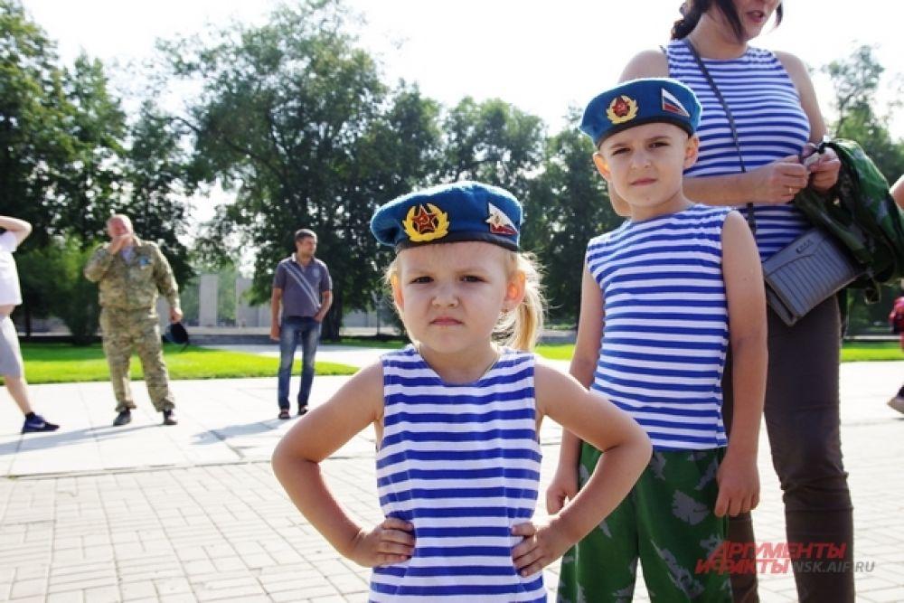 На смену прославленным бойцам подростает новое гордое поколение