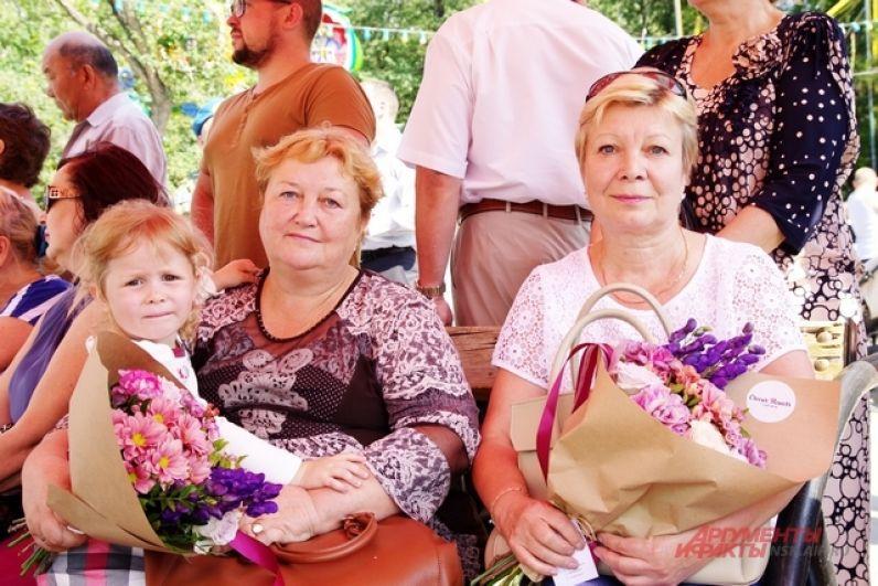 Матерям десантников, чьи сыновья отдали жизнь в боях, вручили цветы