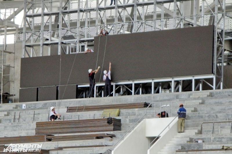 Начался монтаж видеопанелей информационных табло стадиона.