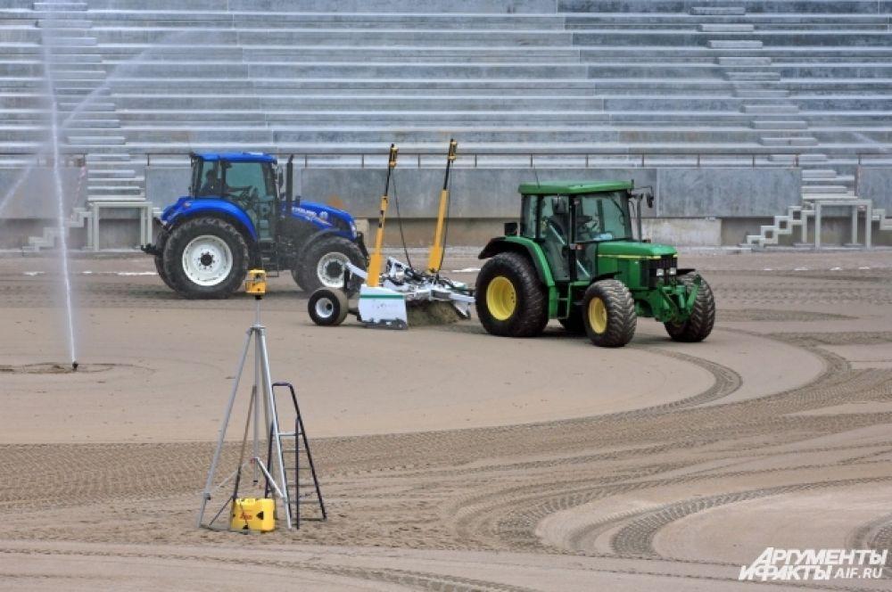 Верхний слой поля футбольного поля состоит из песка и торфа. Как только позволит погода, будет засеян газон.