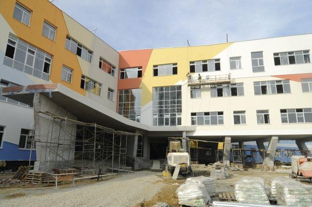 Пока школа строится, ученики новых микрорайонов Ростова вынуждены учиться вдали от дома.
