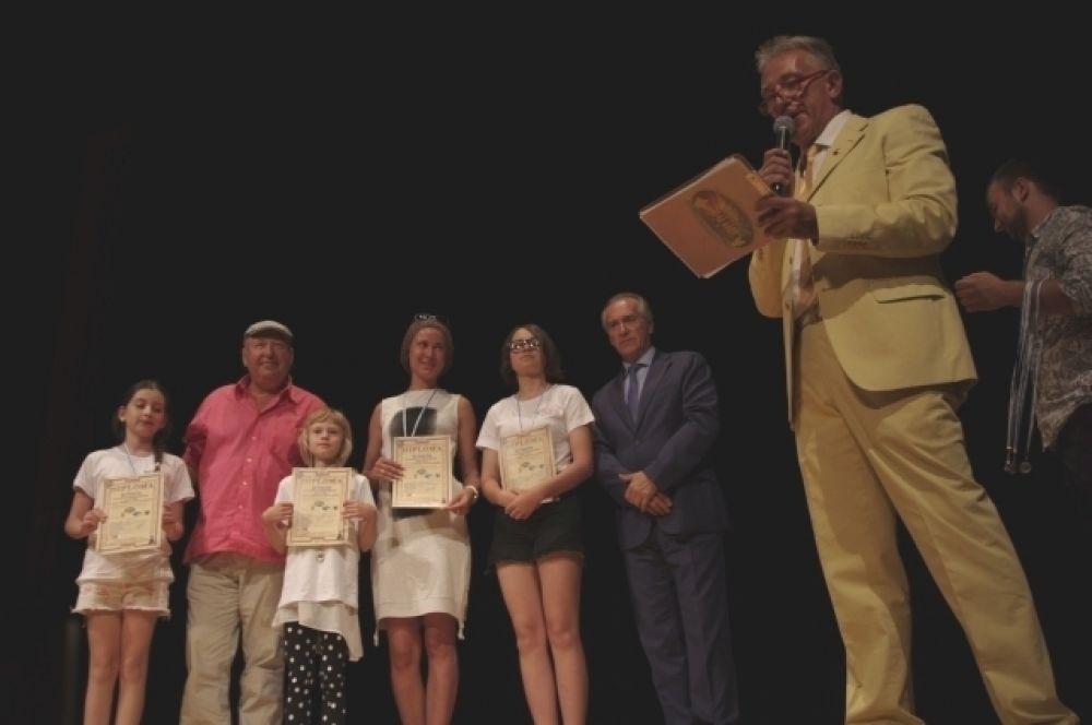 Торжественная церемония награждения победителей в Сан-Марино. На сцене - краснодарцы.