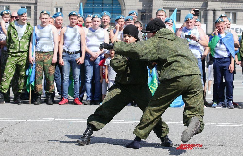 Показательные выступления юных армейцев на площади Революции.