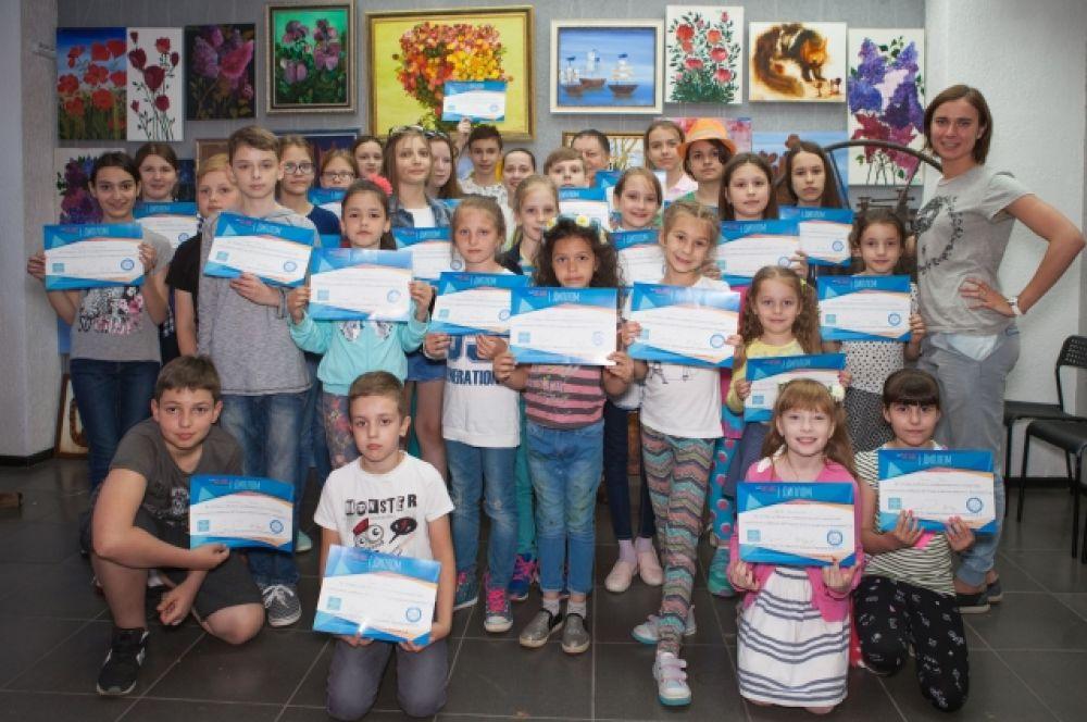 В заключение плэнера все ученики Школы живописи образовательного центра «Лас Алас» получили дипломы участников итоговой выставки.