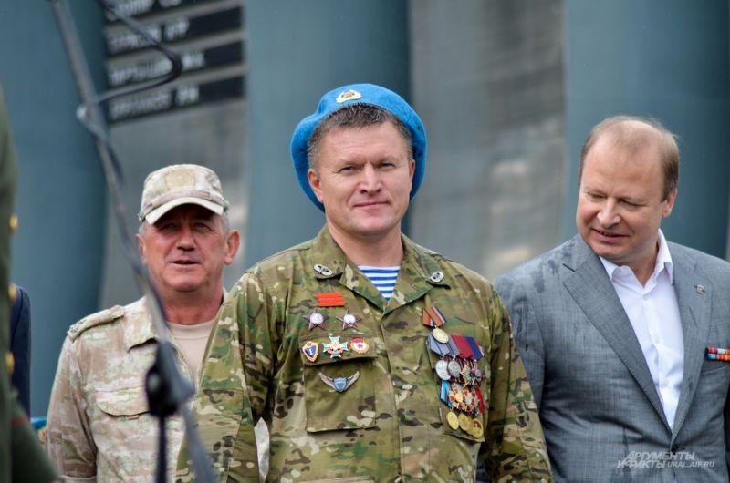 Глава уральской ячейки «единоросов» и бывший боец отряда спецназначения «Альфа» Виктор Шептий изучает награду Евгения Тетерина.