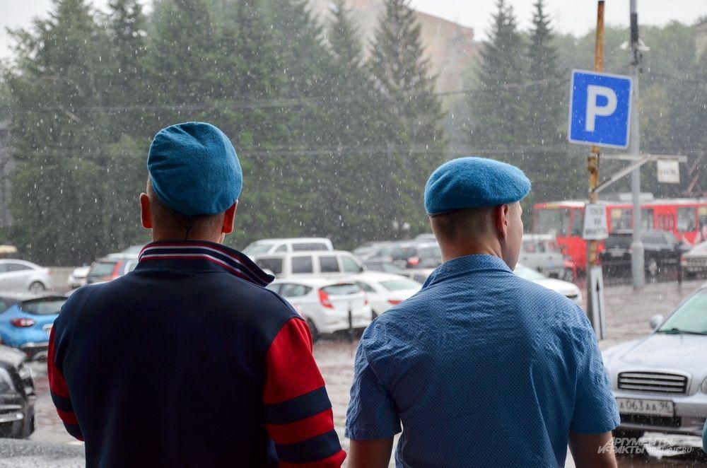 Внезапный проливной дождь встретил участников митинга в честь празднования 87-летия с основания ВДВ.