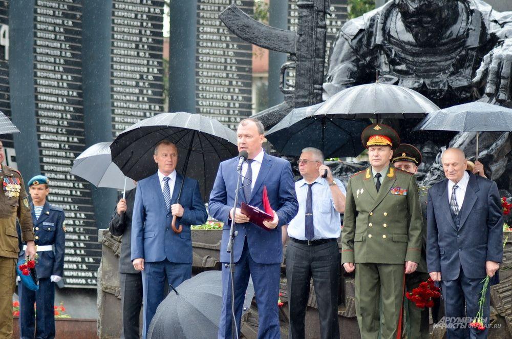 Первый заместитель губернатора Свердловской области Алексей Орлов взял шествия на митинге, выступив первым.