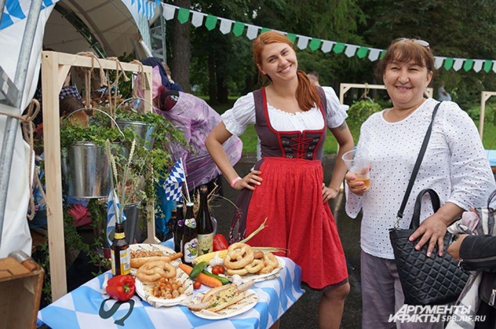 Поклонники традиционной немецкой кухни могли попробовать кренделя и знаменитые баварские колбаски.