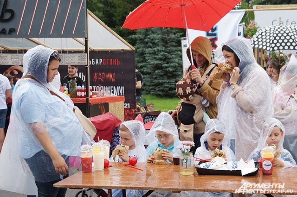 Петербуржцы наслаждались праздником, несмотря на дождь.