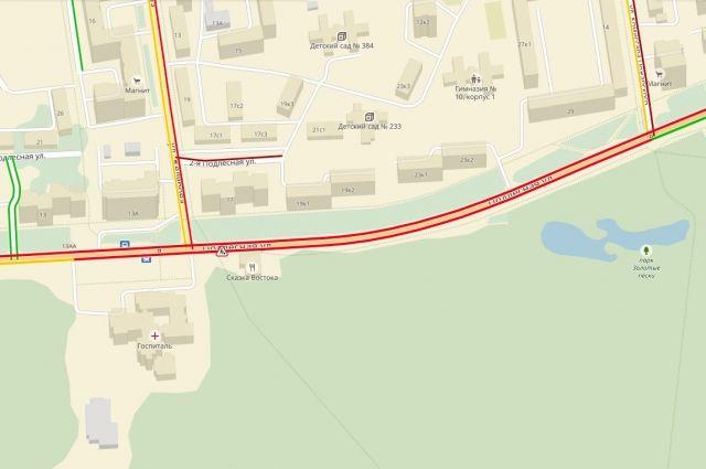 Сервис Яндекс пробки сообщает, что на этом участке скорость движения не превышает 10 км/ч.