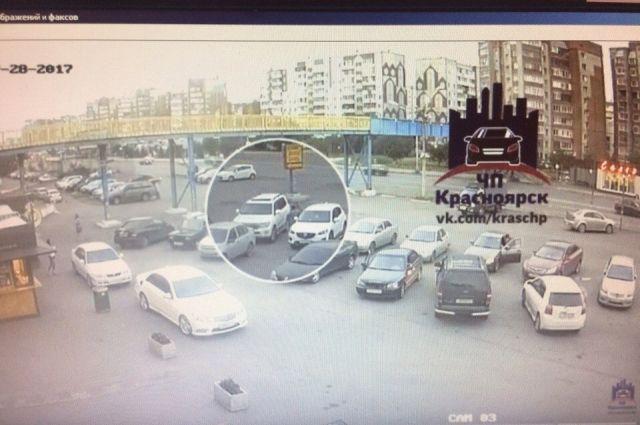 На глазах у прохожих четверо мужчин взломали автомобиль.