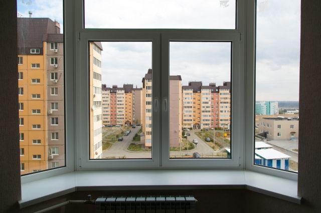 ВВолгограде маленькая девочка едва невыпала изокна седьмого этажа