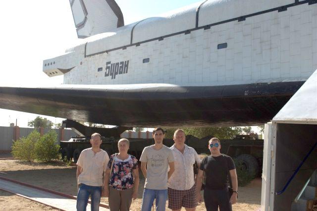 Выпускники, получившие работу на космодроме, вначале посетили его как экскурсанты вместе с преподавателями.