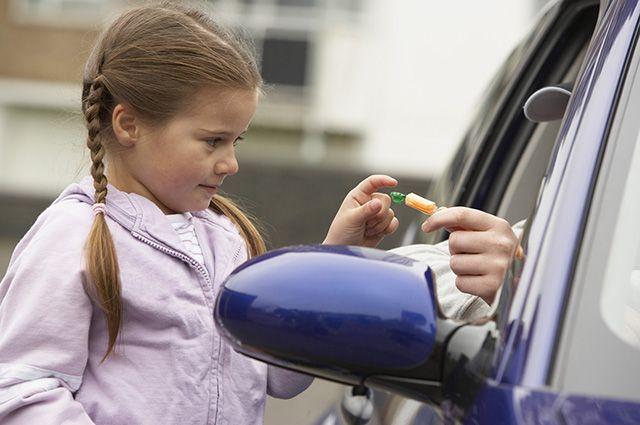 Психологи советуют родителям с пелёнок учить детей не идти на контакт с незнакомцами.