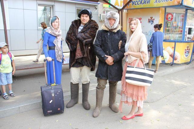 «Декабристы», гуляя по летнему городу в меховых шубах, обращали на себя всё внимание пассажиров.