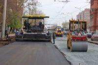 Подрядная организация выполняла работы по строительству сети водопровода и сняла верхний слой асфальта. На месте не было ни  ограждающих конструкций, ни предупреждающих знаков.